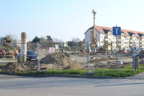 Výstavba v centre Želiezoviec.