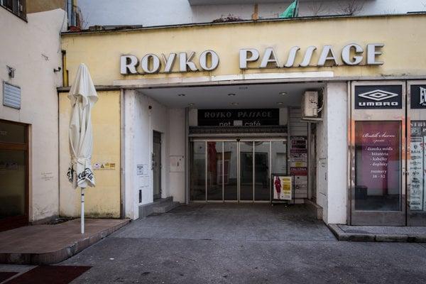 Royko pasáž vedie z Jedlíkovej na Obchodnú ulicu.