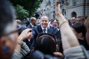 Po inaugurácii sa Andrej Kiska prešiel Bratislavou, nadšene ho zdravili davy ľudí.