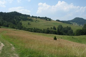 Vysoké Skalky (vpravo) z hraničného hrebeňa nad Litmanovou.