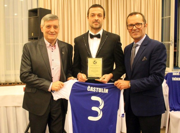Spoluhráča Róberta Štefánka Roman Častulín (v strede) bol tiež členom jedenástky ZsFZ.