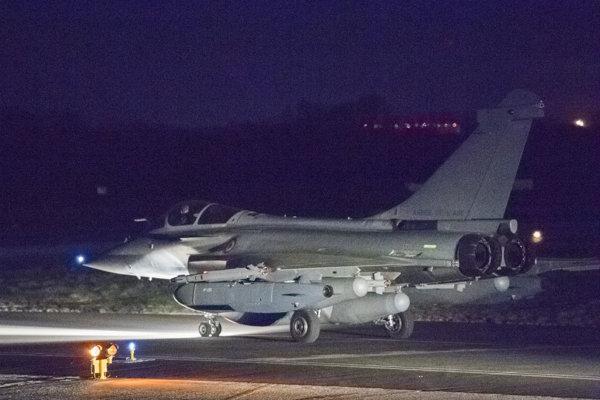 Francúzska stíhačka po návrate na základňu po útoku v Sýrii.