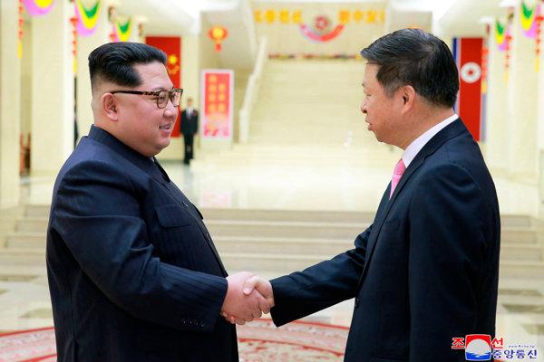 Kim Čong-un (vľavo) sa stretol s čínskym diplomatom Sung Tchaom.