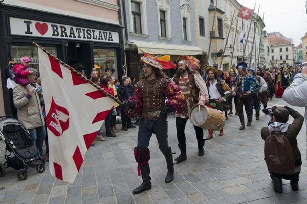 Sprievod počas symbolického odpečatenia mestských brán v rámci Bratislavských mestských dní v apríli 2017.