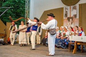 Folklórna skupina Hájiček z Chrenovca-Brusna v programe Stretnutie.