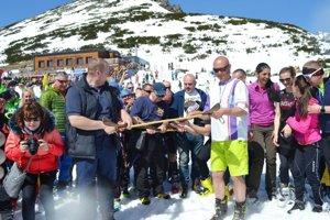 Tatranci sa lúčili s úspešnou zimnou sezónou počas uplynulého víkendu na Štrbskom Plese symbolickým pochovaním lyže soliskovej.