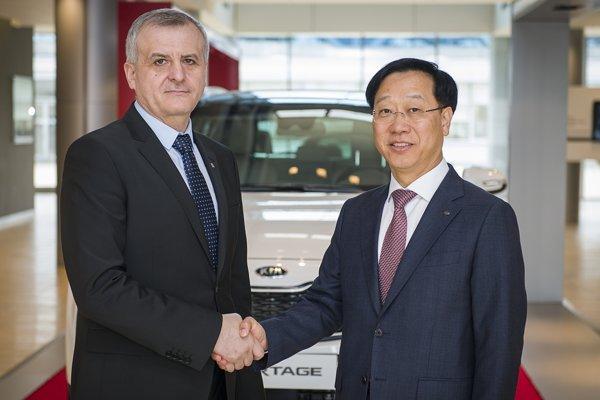 Prezident spoločnosti Dae-Sik Kim (vpravo) a odborový predák Miroslav Chládek.