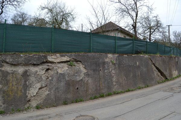 Oporný múr na ulici Za kalváriou sa už roky rozpadá.