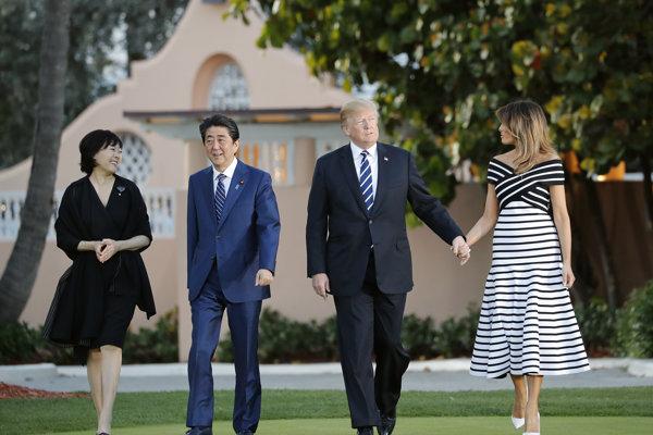 Trumpovci s japonským premiérom Šinzóom Abem a jeho manželkou v prezidentovom súkromnom klube Mar-a-Lago v meste West Palm Beach v americkom štáte Florida.