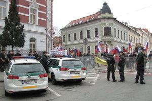 Časť ulice pred súdom polícia uzatvorila, Mazurekovi priaznivci sa sústredili pred základnou školou.
