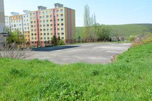 Slovenský futbalový zväz vybuduje v areáli nového ihriska zo strany Čordákovej ulice parkovacie miesta. Verejnosti však voľne prístupné nebudú.