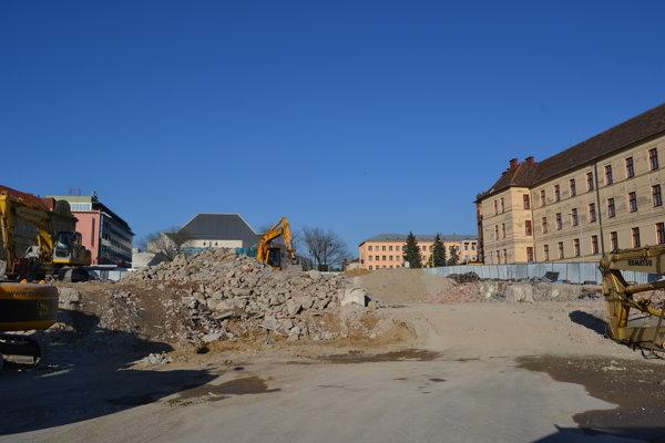 Búracie práce na stavbe stále pokračujú.