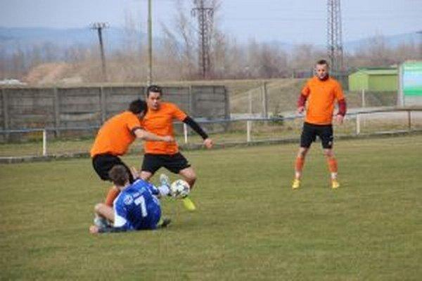 Brvnište (v oranžovom) prehralo v Tuchyni, ale naďalej vedie tabuľku.