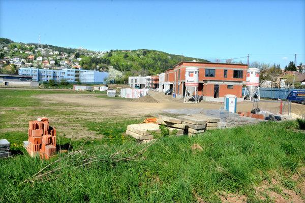 Prvú fázu výstavby ešte nedokončili, na voľnej ploche bývalých ihrísk majú vyrásť bytovky.