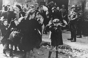 Na archívnej snímke z 19. apríla 1943 nemeckí vojaci eskortujú z varšavského geta skupinu Židov, vrátane malého chlapčeka.