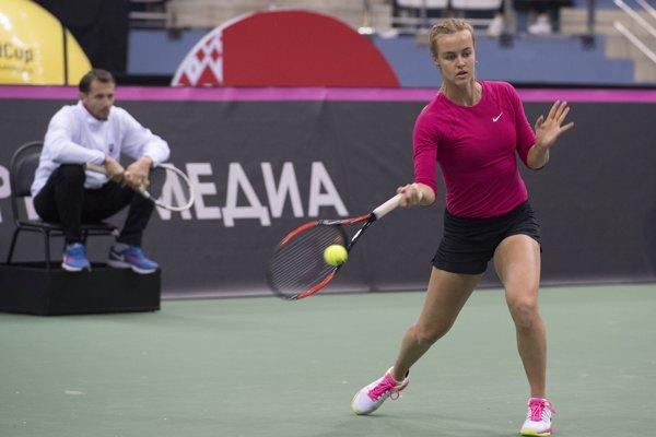 Slovenská fedcupová reprezentantka Anna Karolína Schmiedlová, vľavo v pozadí tréner tímu Matej Lipták počas tréningu v hale Čižovka v bieloruskom Minsku