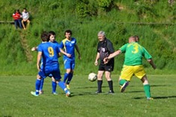 Futbalisti Bodinej (v modrom) si po prehre v D. Breznici urobili chuť doma s Prejtou.