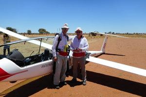 František Sobek (vľavo), skolegom vafrickej Namíbii na prelome minulého roka. So synom lietal aj vJuhoafrickej republike.