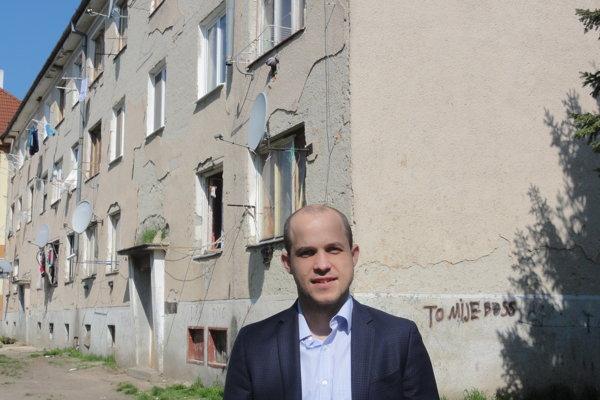 Poslanec Michal Cimmermann pred jednou z problémových bytoviek.