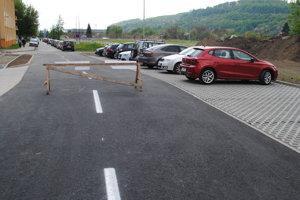 Nová cesta a parkovisko.