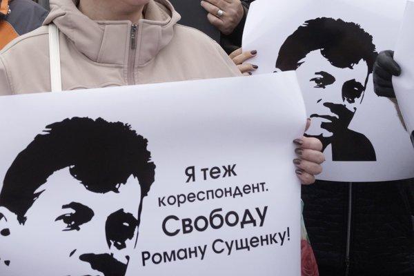 Kolegovia  zadržaného ukrajinského novinára Romana Suščenka protestujú pred ruským veľvyslanectvom v Kyjeve.