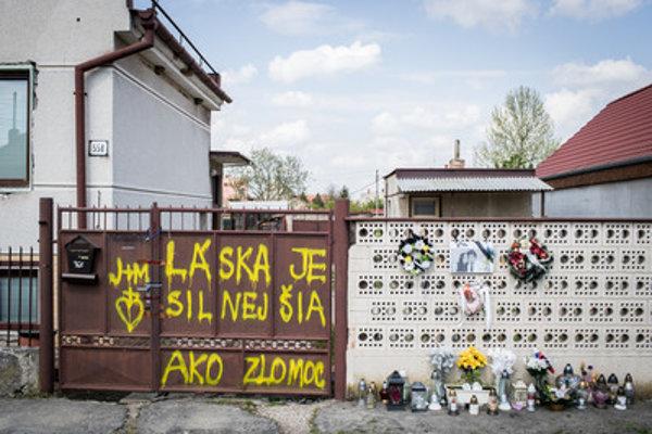 Brána a plot domu, v ktorom žili zavraždení novinár Ján Kuciak a jeho snúbenica Martina Kušnírová.