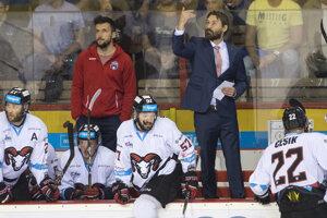 Vpravo hlavný tréner HC'05 iClinic Banská Bystrica Vladimír Országh v siedmom zápase finále.