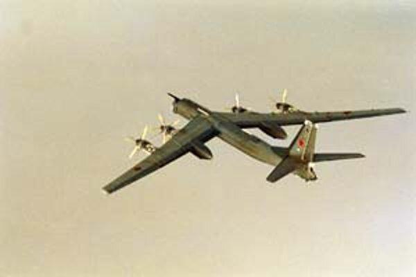 Ruský Tu–95 letí v blízkosti nórskeho pobrežia. Odfotil ho pilot nórskej stíhačky, ktorá let bombardéra sledovala.