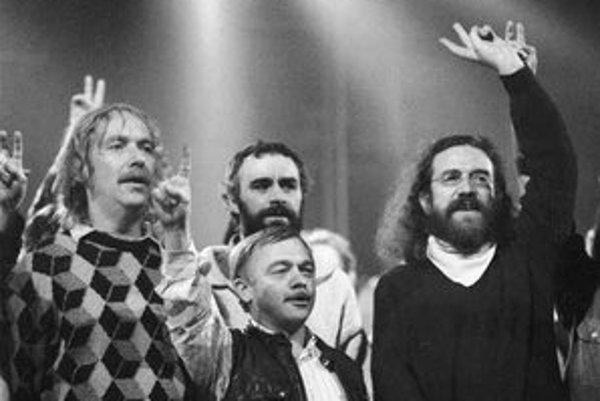 Pesničkári Jaromír Nohavica, Karel Kryl a Jaroslav Hutka. Prvý donášal ŠtB na druhého, tretí o tom napísal pesničku. Na snímke všetci spolu počas Nežnej revolúcie.