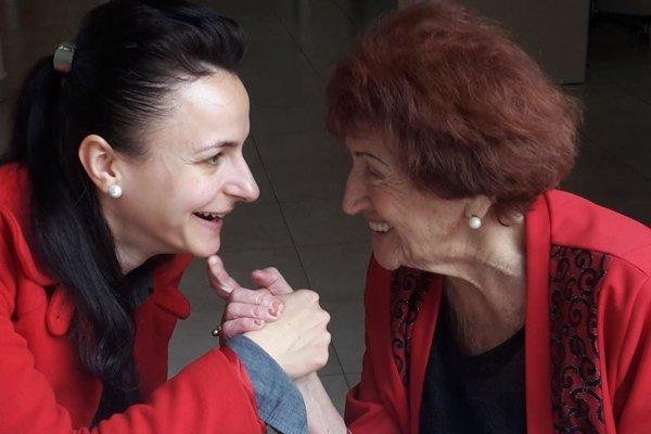 Vnučka Janka s85-ročnou pani Máriou, bývalou učiteľkou, ktorá je veľmi vitálna, píše knihy.
