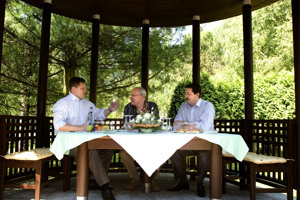 Na archívnej fotografii z júna 2007 predseda vlády Robert Fico, prezident SR Ivan Gašparovič a predseda NR SR Pavol Paška na neformálnom stretnutí najvyšších ústavných činiteľov SR v Účelovom zariadení NR SR v Častej-Papierničke.