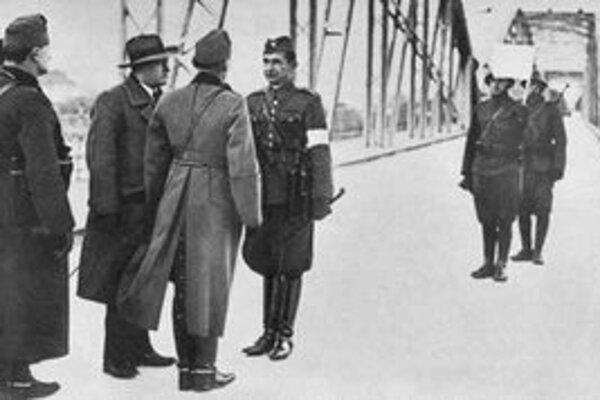 Československí a maďarskí dôstojníci pri odovzdávaní územia na základe Viedenskej arbitráže na moste v Komárne.