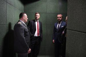 Zľava riaditeľ dubnickej väznice Andrej Kubiš, minister spravodlivosti Gábor Gál a podpredseda parlamentu Andrej Hrnčiar v kompenzačnej miestnosti zrekonštruovanej väznice v Dubnici nad Váhom.