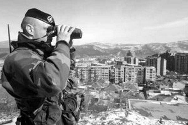 Francúzsky vojak dohliada na pokoj v Kosovskej Mitrovici.