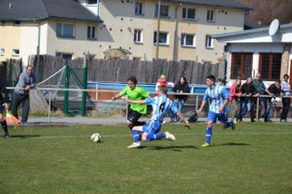 Dorastenci Brvnišťa (v zelenom) prehrali doma so Šaľou.