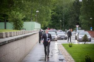 Predseda strany Smer-SD Robert Fico prichádza na pracovný snem v Častej - Papierničke.