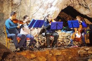 Z jaskynného koncertu sláčikového kvarteta ZUŠ M.R. Štefánika v Považskej Bystrici.