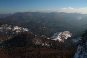 Smer juh z Havranej skaly, planina Geravy, v pozadí Volovské vrchy.
