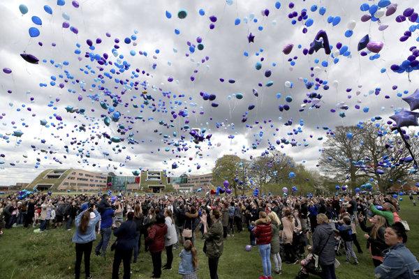 Ľudia púšťajú pred nemocnicou v Liverpoole balóny.