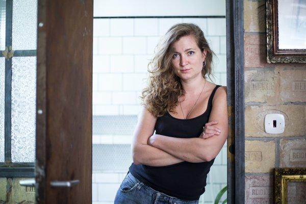 Barbora Berezňáková sa narodila v roku 1987. Absolvovala VŠMU na katedre Filmového strihu a dramaturgie, kurz filmovej réžie na NYFA v New Yorku a ročné štúdium filmu na Bellas Artes UPV vo Valencii. Žije v Bratislave.