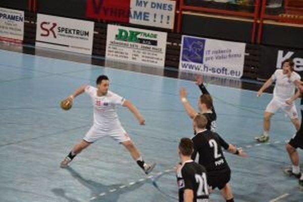 Martin Kozák (v bielom) dal Topoľčanom deväť gólov.