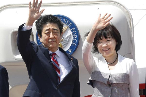 Šinzó Abe s manželkou Akie po prílete do Spojených arabských emirátov.