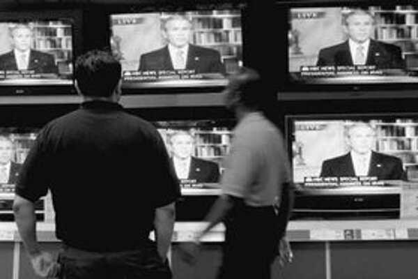 Ľudia v obchode s elektronikou sledujú prejav amerického prezidenta o budúcej stratégii v Iraku.