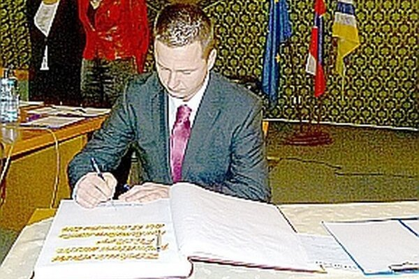 Henek pri podpisovaní sľubu primátora.