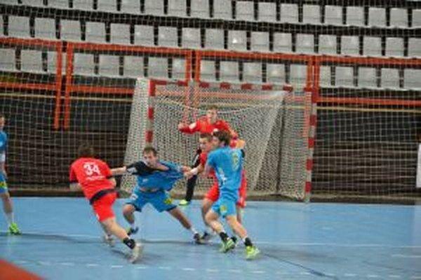 Tomáš Vallo (vľavo v červenom) preniká obranou Linzu.