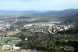 Letecký pohľad na sídlisko Sekier s hradiskom Priekopa v Môťovej (v ľavom dolnom rohu).