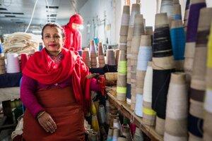 Významným zdrojom príjmu je export, turizmus a remitencie - peniaze, ktoré posielajú domov Nepálci pracujúci v zahraničí (prevažne v arabských krajinách).