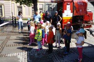 Škôlkárom a školákom sa na námestí páčilo.
