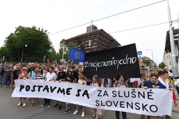 """Pochod """"Za slušné Slovensko - predvečer svadby"""" pred budovou Slovenského rozhlasu v Bratislave."""