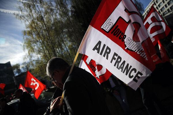 Štrajkujúci zamestnanci spoločnosti Air France.